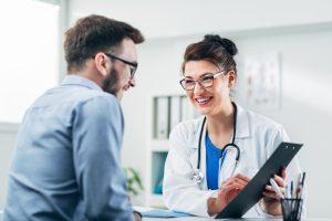 Arzt im Gespräch mit Privatpatient
